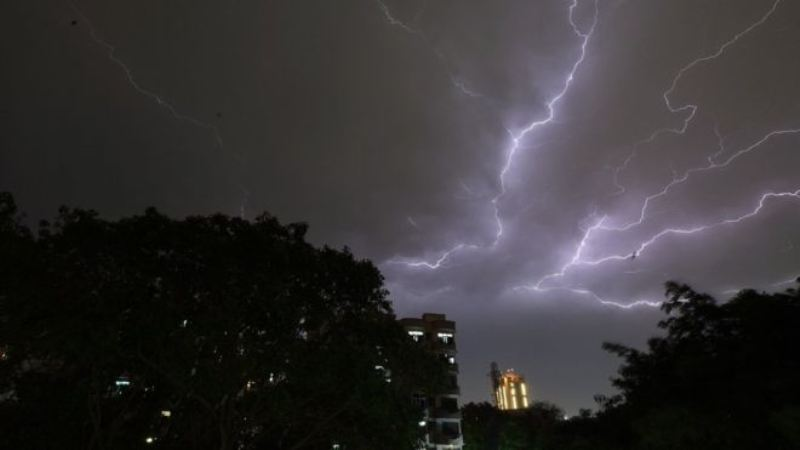 Badai Petir Picu Kematian 50 Warga India
