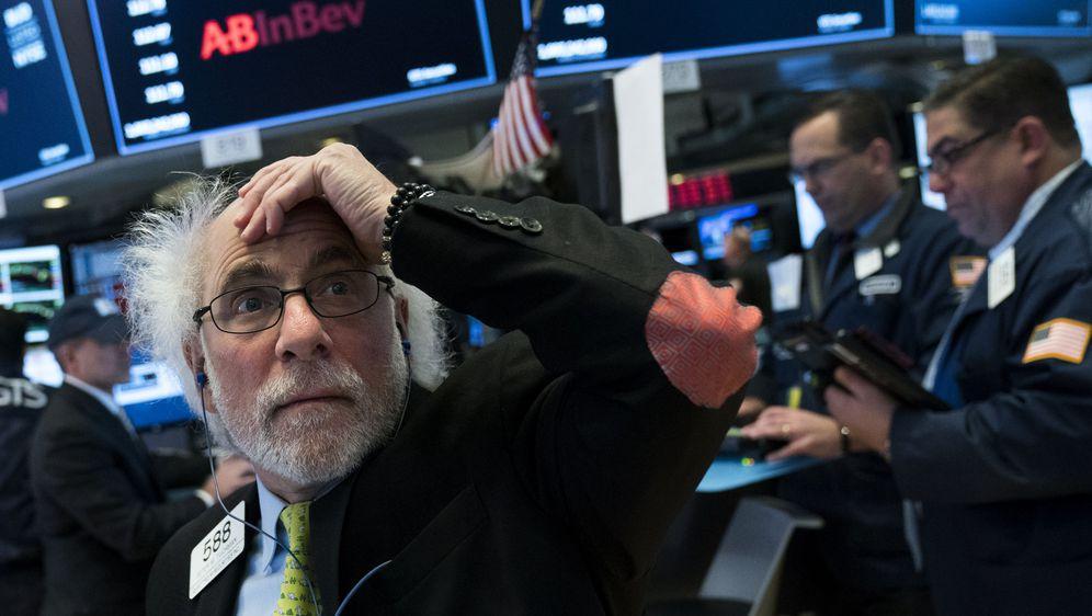 Ketegangan Perdagangan Buat Wall Street Ditutup Tertekan