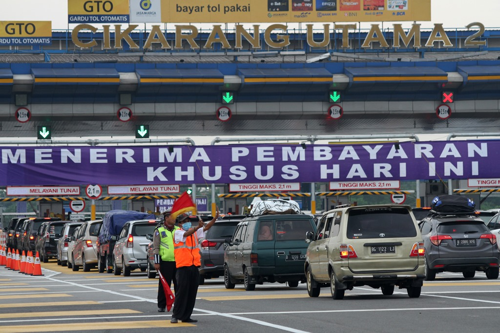 1.273 Personel Disiagakan Mengurai Kemacetan Tol Jakarta-Cikampek