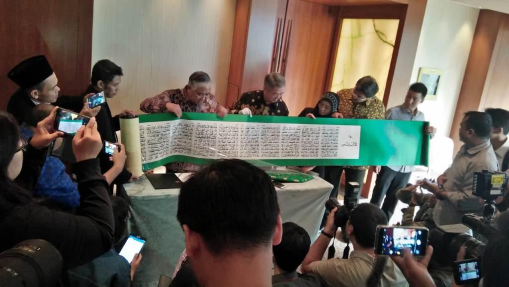 Indonesia Terima Alquran Bersulam Terbesar di Dunia