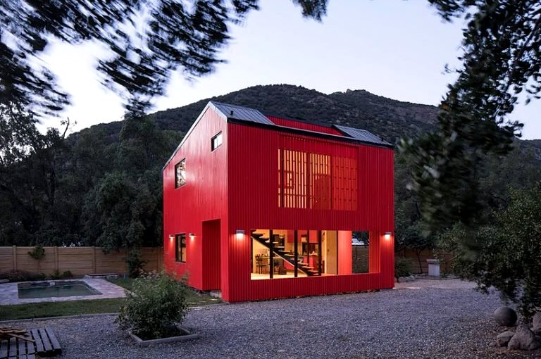 Villa Merah di tengah lembah