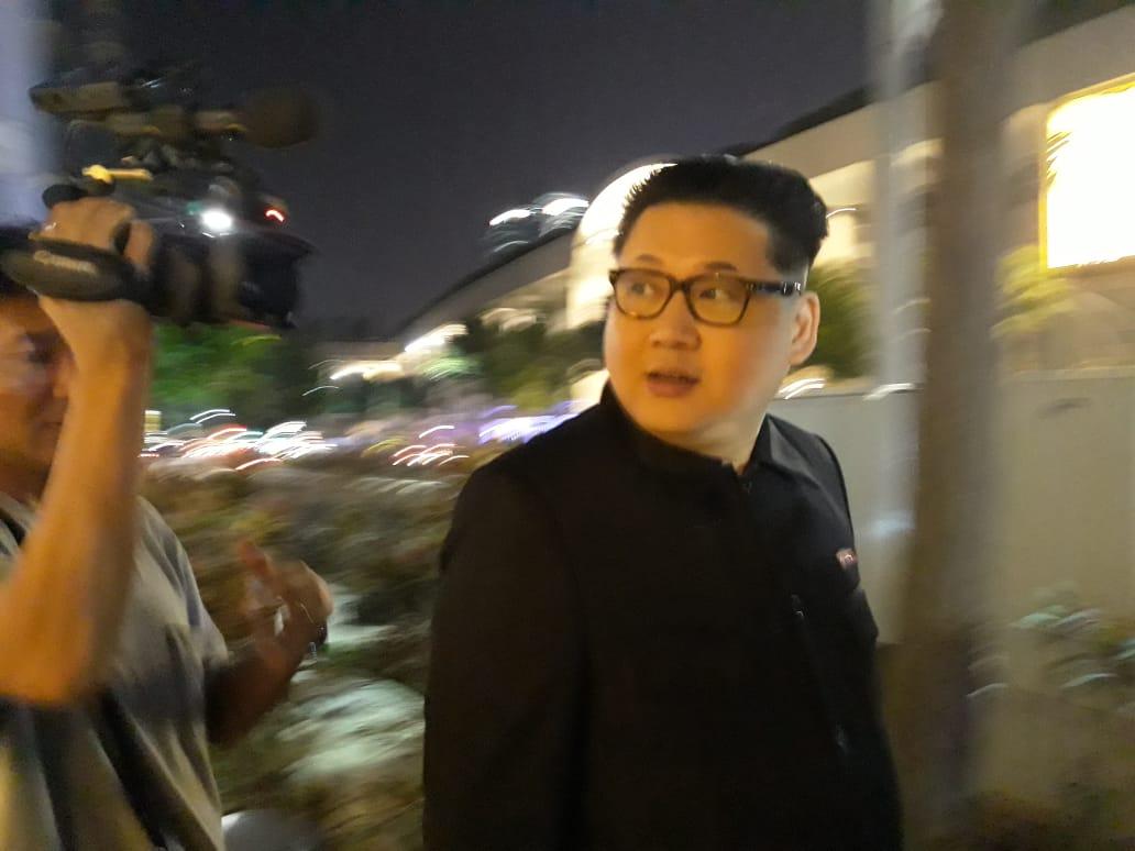 Bergaya Mirip Kim Jong-un, Howard X Menggegerkan Singapura