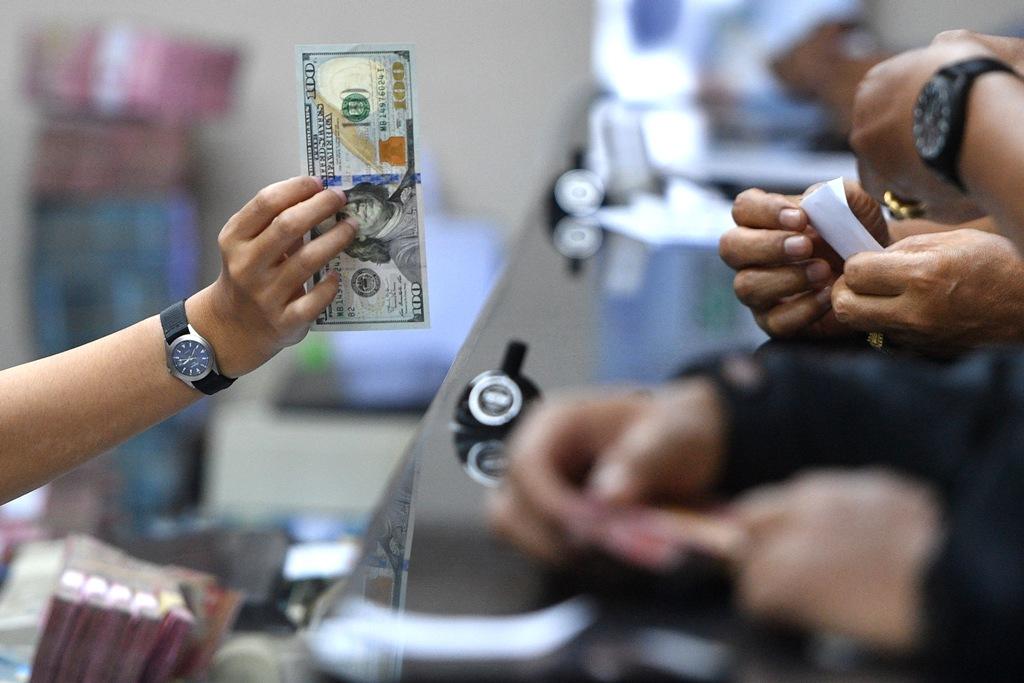 Gerak Dolar AS Bervariasi Menunggu Pertemuan AS-Korut