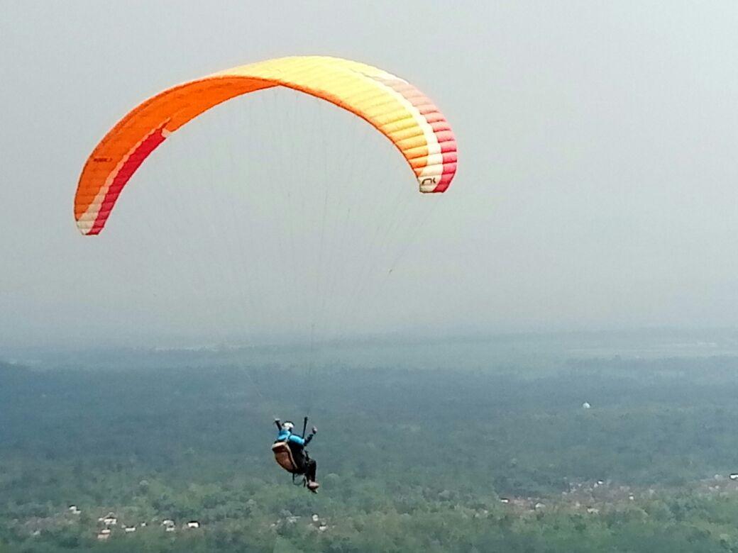 Atlet Paralayang Jatuh dari Ketinggian 100 Meter