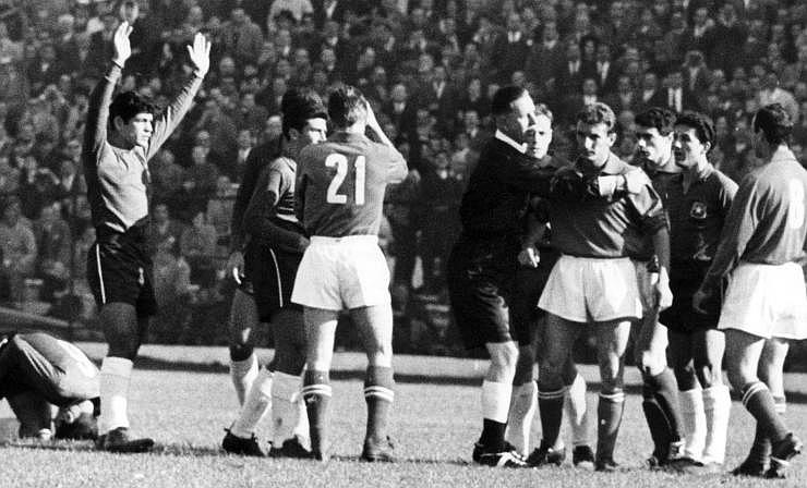 Piala Dunia 1962: <i>Battle of Santiago</i> yang Mencekam