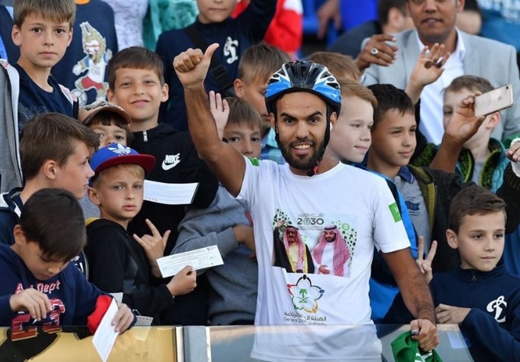 Bersepeda dari Riyadh Menuju Moskow demi Tim Kesayangan