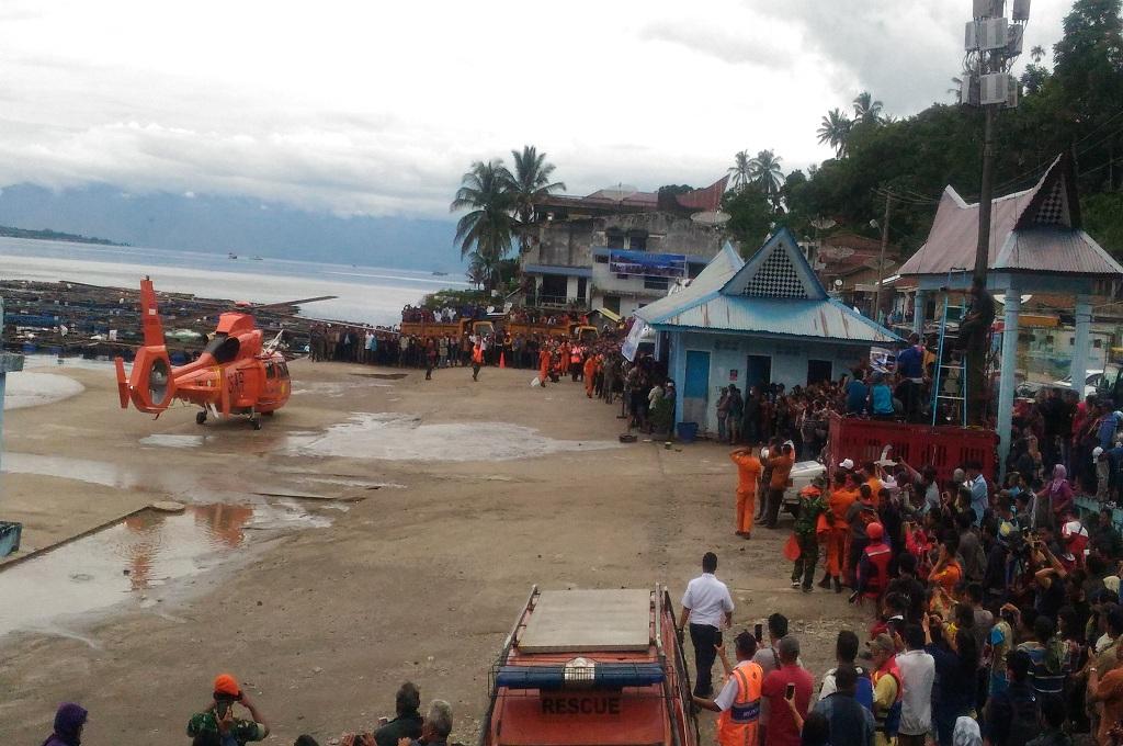 Warga Sambut Kedatangan Helikopter Bantu Cari Korban