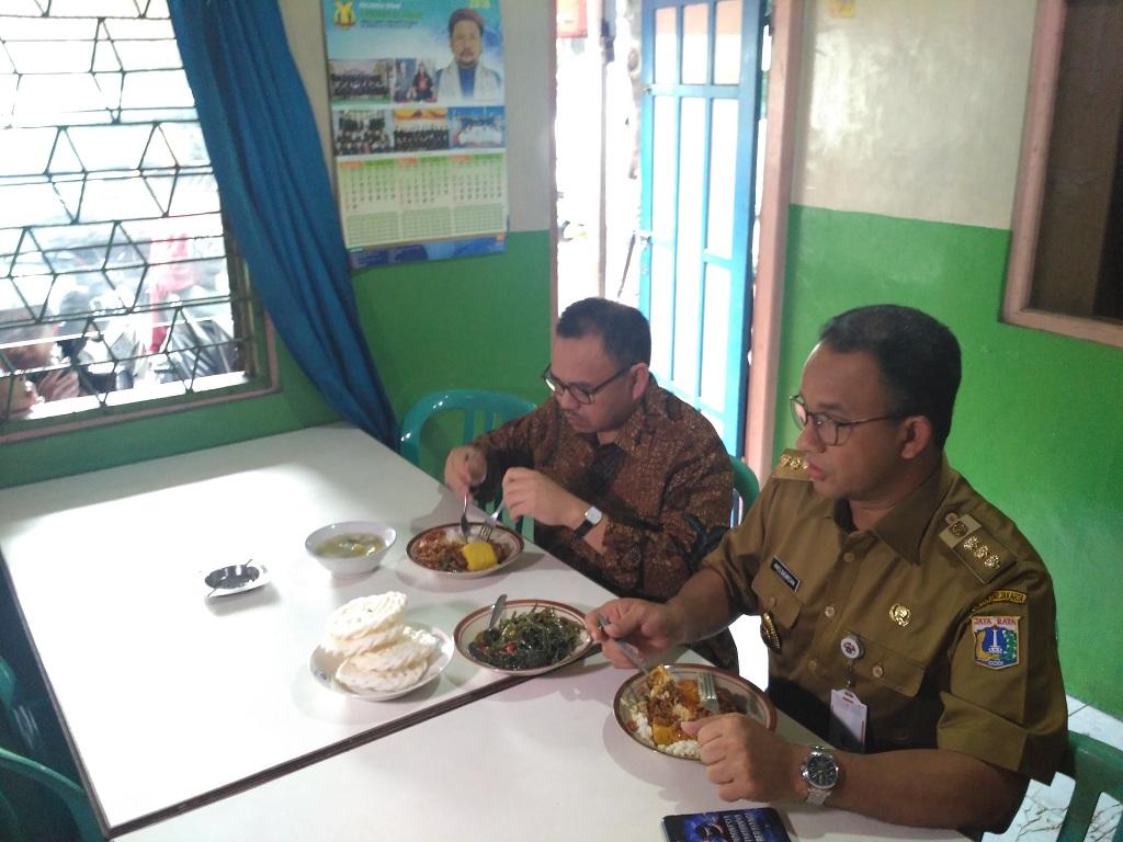 Jelang Pencoblosan, Sudirman Said Makan di Warteg bareng Anies