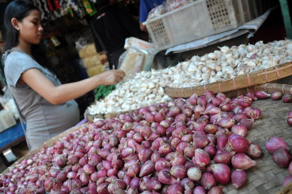 Pedagang Diimbau Menjual Bawang Sesuai Aturan
