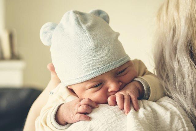 Mengapa Bayi Sering Memasukkan Jari ke Mulut?