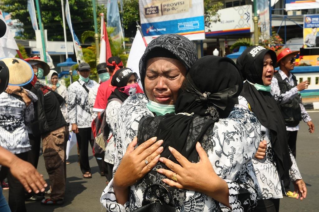 Tangis Ibu Guru Honorer di Bawah Patung Kartini