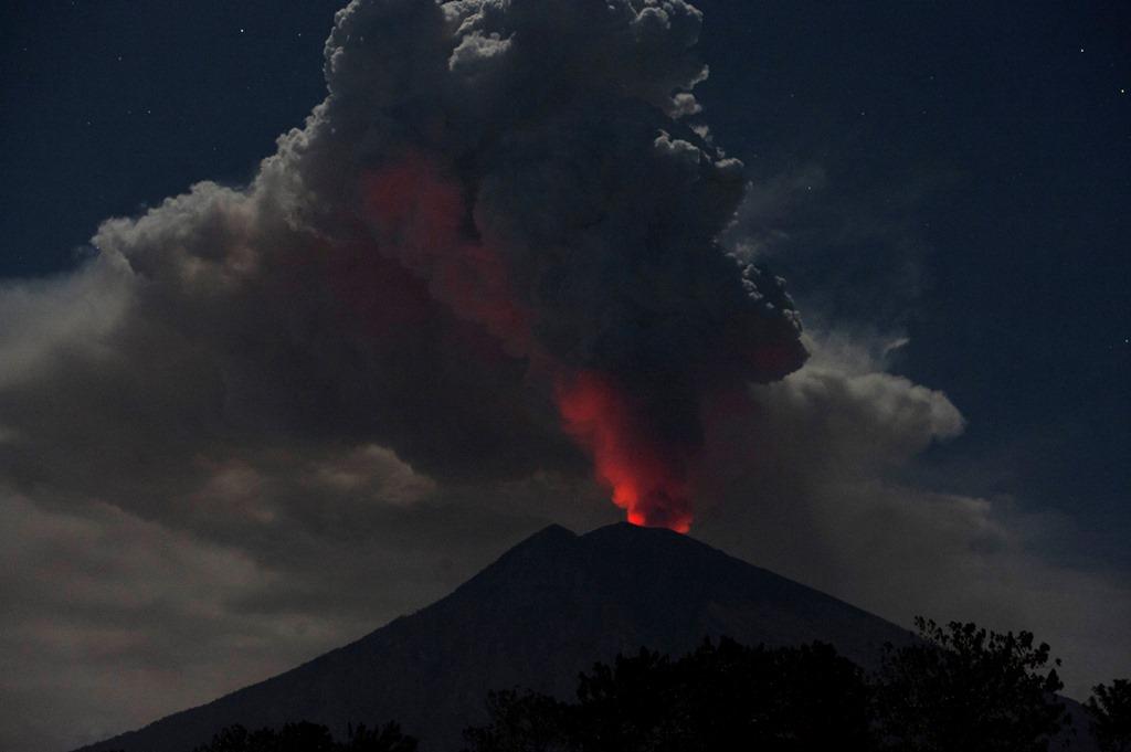 Gunung Agung Erupsi, Keluarkan Lava dan Suara Letusan