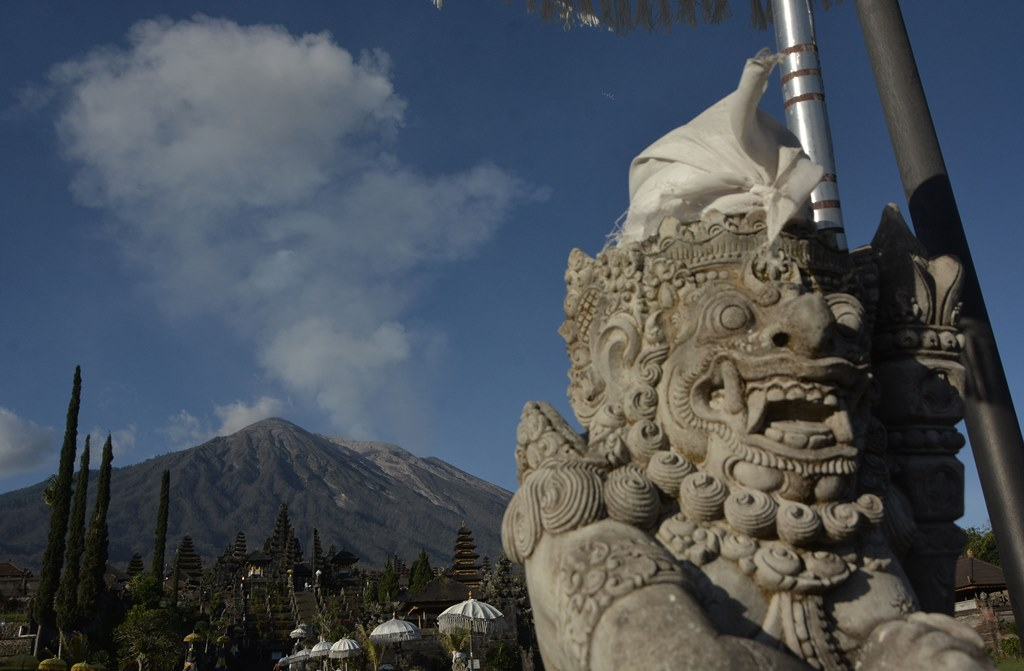 Abu Vulkanik Gunung Agung Guyur Jember