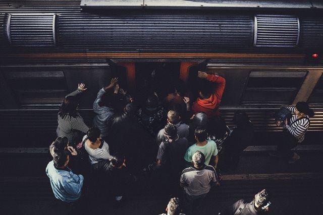 Tips agar Tak Pegal Saat Menempuh Perjalanan dengan KRL