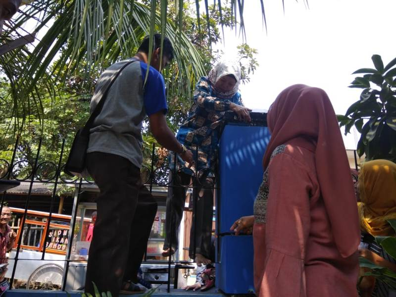 Gerbang Sekolah Disegel, Orang Tua Siswa Panjat Pagar