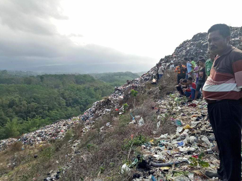 Tebing Curam Jadi Kendala Cari Korban Longsoran Sampah