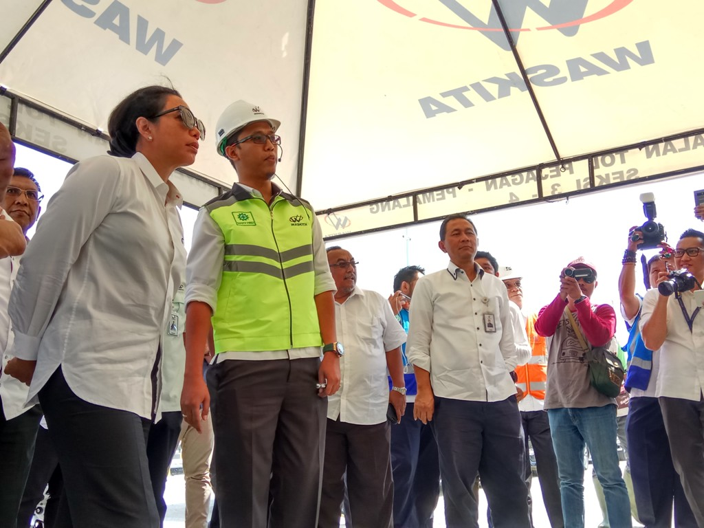Menteri Rini Dorong BUMN Bina UMKM di <i>Rest Area</i> Jalan Tol