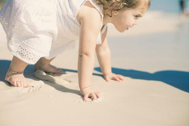 Manfaat Membiarkan Anak Bertelanjang Kaki