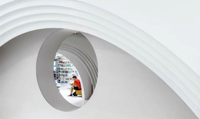 Toko buku futuristik di kota tua