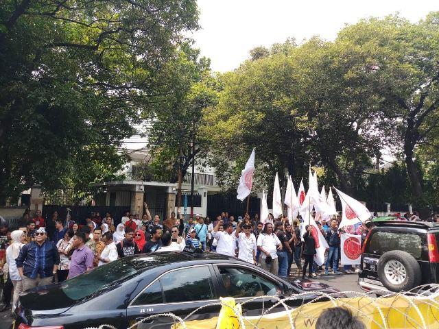 Jalan Sekitar KPU Padat oleh Pendukung Prabowo-Sandiaga