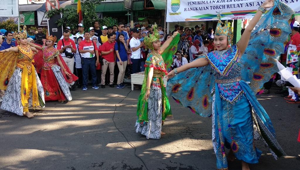 Pelajar dan Tarian Merak Sambut Obor Asian Games 2018 di Bandung
