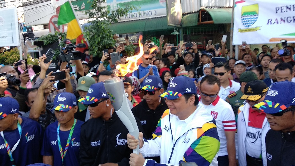 Airlangga Hartarto jadi Pelari Pertama Obor Asian Games di Bandung