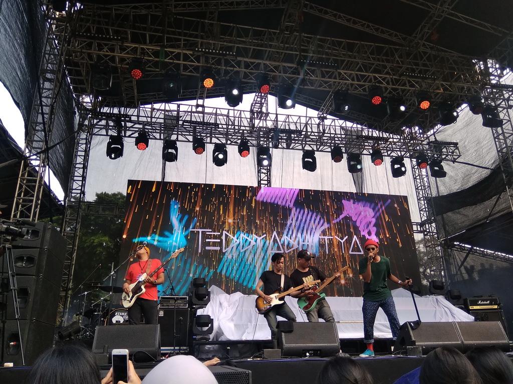 On Off Festival 2018, Teddy Adhitya Bernyanyi Tanpa Banyak Kata