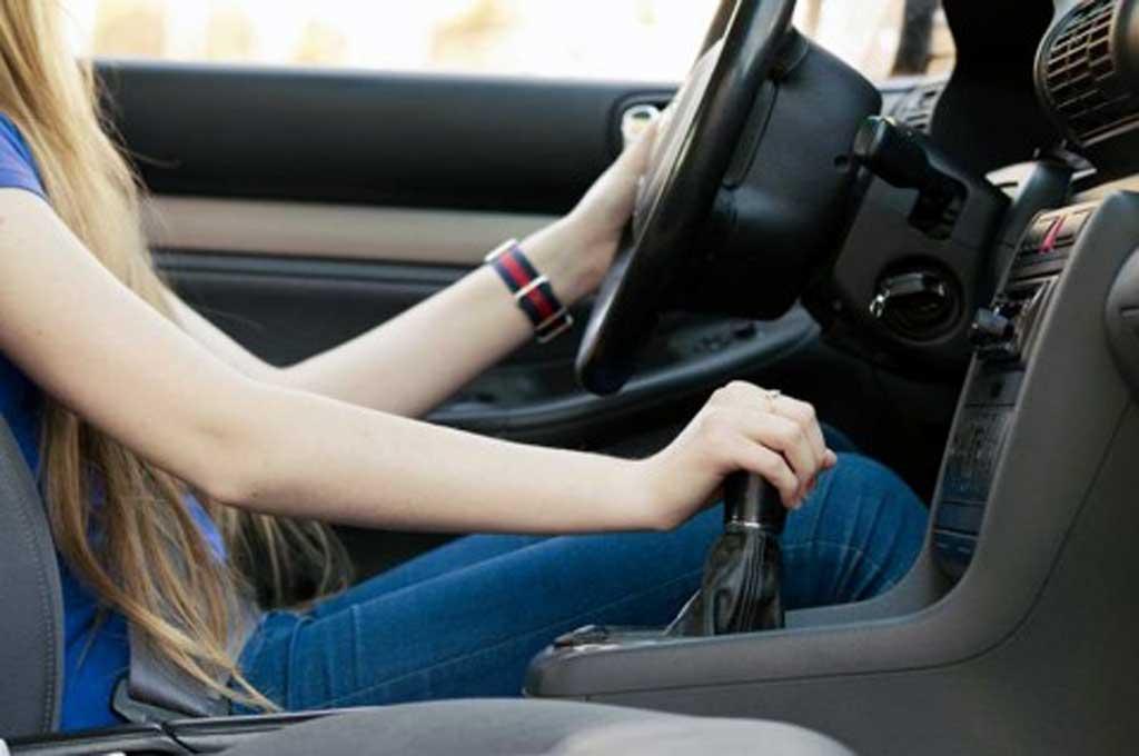 Ciri Transmisi Mobil Manual Bemasalah