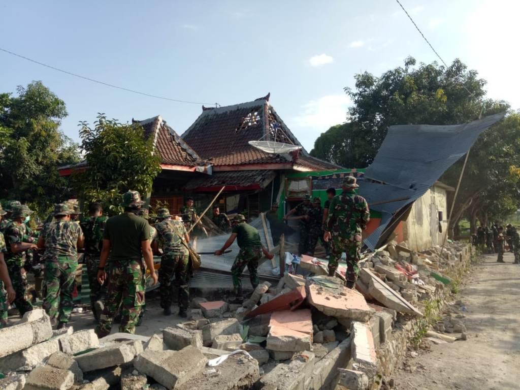 TNI Bersihkan Puing-Puing Bangunan Gempa Lombok