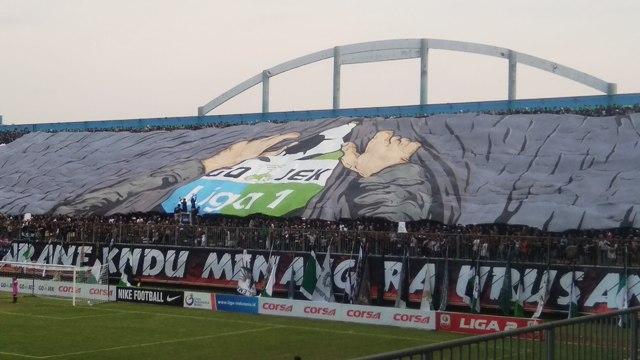 Suporter PSS Bentang Banner Raksasa Main di Liga 1