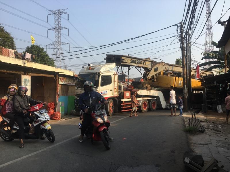 Truk Terperosok Blokade Jalan Raya Serua Tangsel
