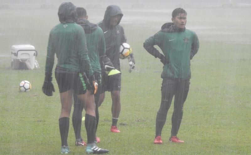 Demi Juara Grup, Timnas U-16 Latihan Di Bawah Hujan Deras