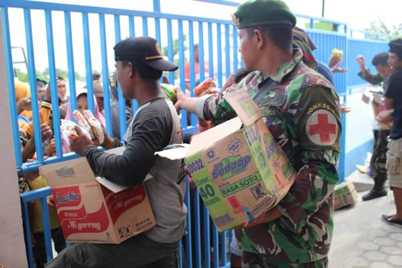 Cegah Penjarahan, TNI Kawal Distribusi Bantuan