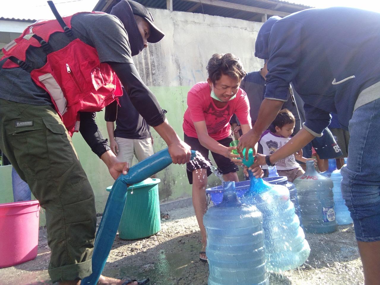 PMI Salurkan Air Bersih di 24 Titik Pengungsian