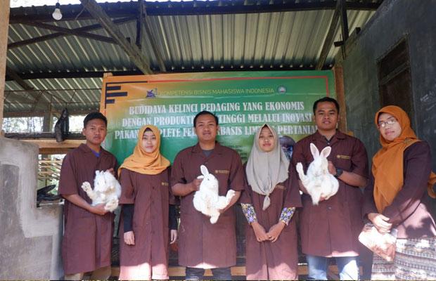 Mengolah Limbah Sayuran Jadi Pakan Kelinci