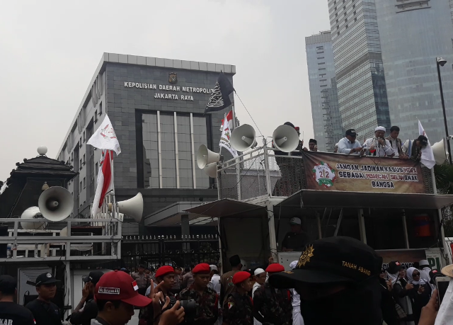 Pendukung Amien Rais Menempel di Gerbang Mapolda Metro