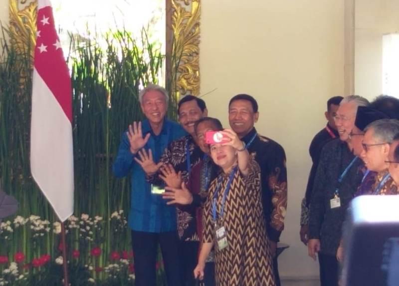 Gaya Swafoto Para Menteri dengan Wakil PM Singapura