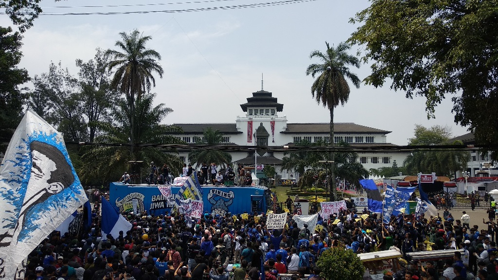 Tuntut Keadilan PSSI, Ribuan Bobotoh Geruduk Gedung Sate