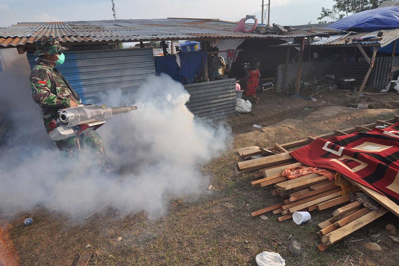 Cegah Penyebaran Penyakit, Petugas Lakukan Fogging di Lokasi Gempa
