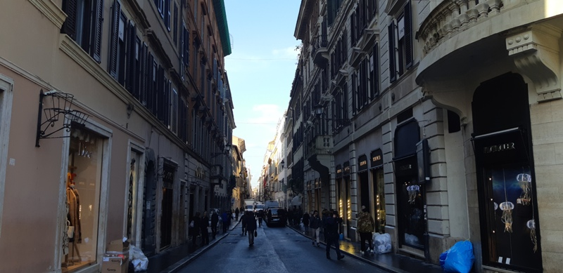 Bayang-Bayang Syahrini di Via Condotti Roma