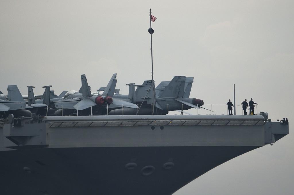 Helikopter Jatuh di Kapal Induk AS, Beberapa Terluka