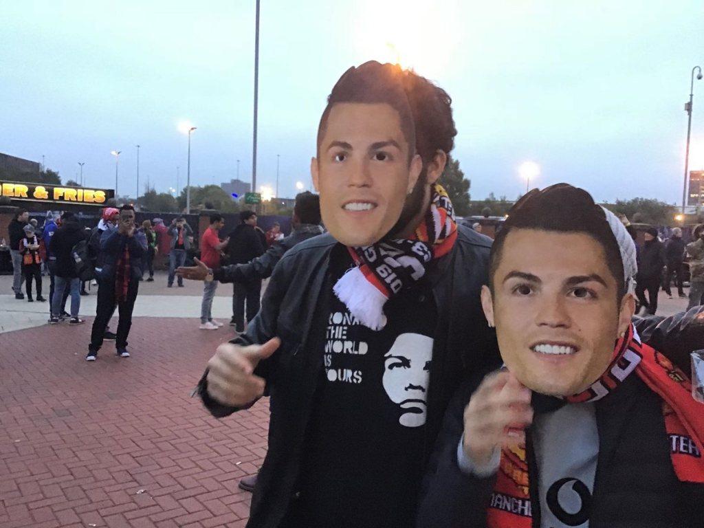 Banyak Pendukung MU Kenakan Topeng Ronaldo