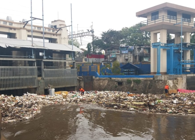 Sampah di Pintu Air Manggarai Menumpuk