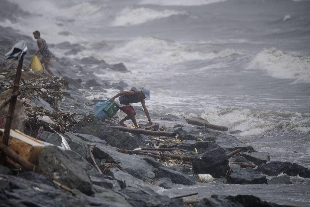 Puluhan Orang di Filipina Terperangkap Longsor Topan Yutu