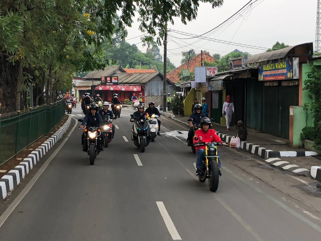 Gaya Jokowi Blusukan dengan Motor <i>Street Tracker</i>