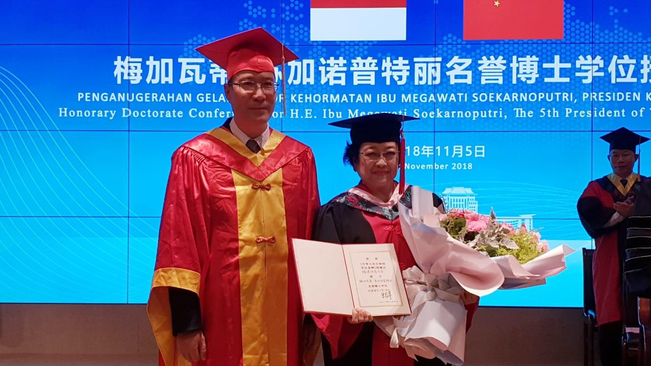 Megawati Terima Gelar Doktor Kehormatan Bidang Diplomasi Ekonomi