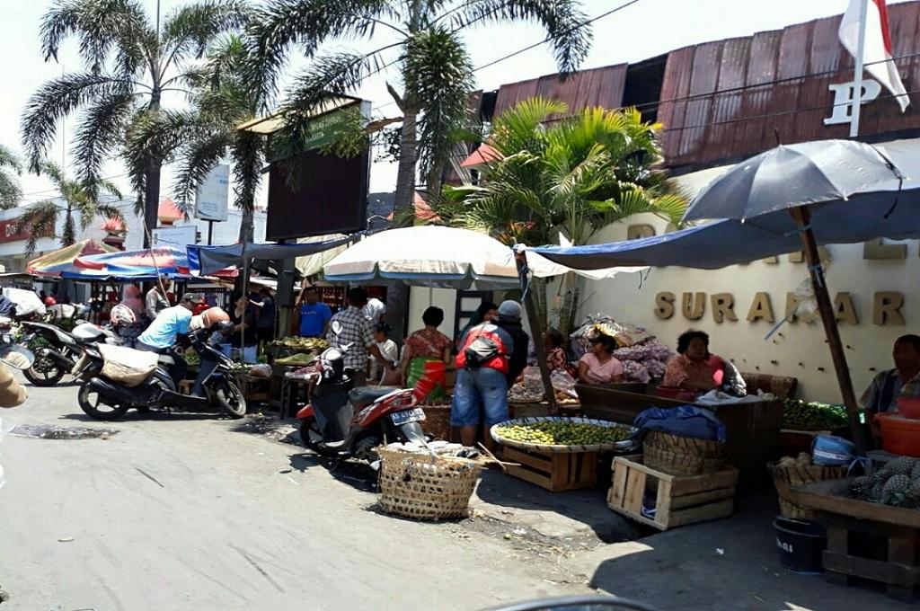Pedagang Pasar Legi Berjualan di Pinggir Jalan