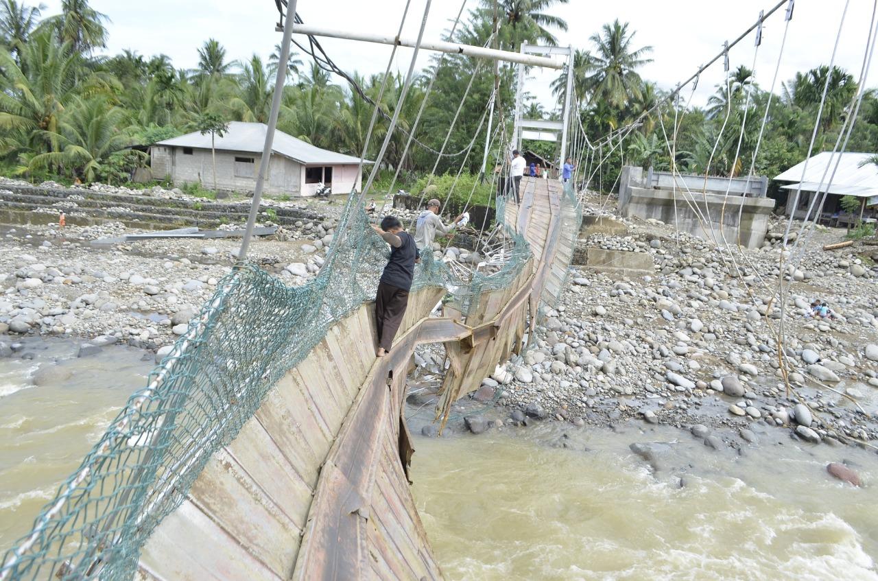 Meniti Tali Kawat Jembatan Ambruk