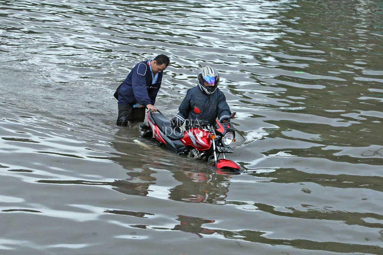 Pengendara Sepeda Motor Jangan Nekat Melintasi Banjir