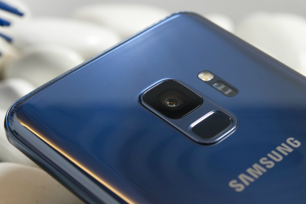 Ponsel Menengah Samsung Pakai Pemindai Sidik Jari di Layar